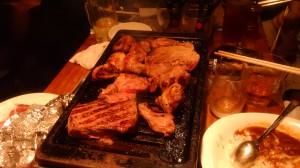 焼かれている肉(フラッシュなし)